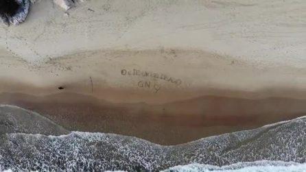 Uomini e Donne: Giordano scrive un messaggio romantico per Nilufar sulla spiaggia