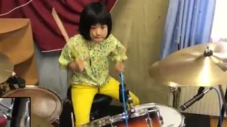 Ha solo 8 anni ma è già un fenomeno: sentite in che modo suona la batteria