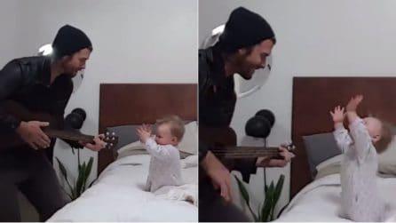 Papà canta una serenata speciale per sua figlia: la reazione della piccola è dolcissima