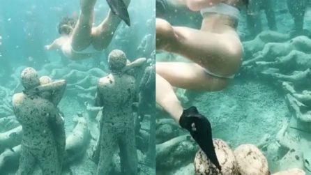 Si immerge e trova 48 statue di umani: uno spettacolo incredibile