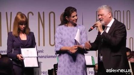"""A Fabrizio Frizzi il premio Alberto Sordi alla solidarietà: """"Qui per ricordarlo, c'è anche sua moglie Carlotta"""""""