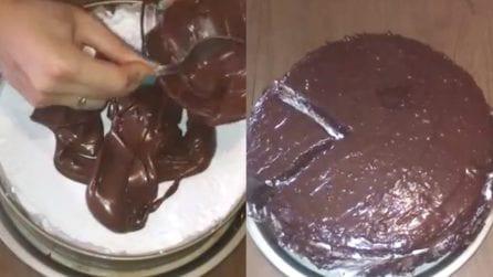 Torta morbida al cioccolato e panna: una fetta tira l'altra