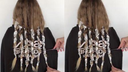 Prende le forbici e le taglia i lunghi capelli biondi: il nuovo look è da urlo