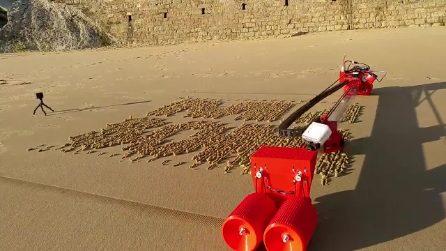 Il robot che disegna sulla sabbia: le immagini sono incredibili