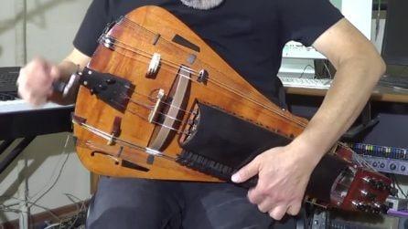 Lo strano suono di questo strumento, sembra una chitarra al contrario ma è molto altro