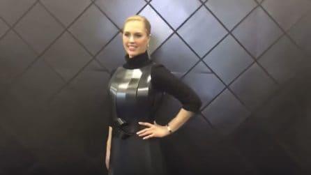 """La moda del futuro: sembra un comune vestito nero, poi accade la """"magia"""""""
