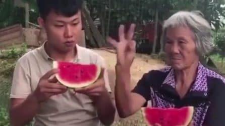La nonna si prende gioco del nipote: lo scherzo è esilarante