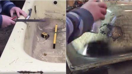 Prende una vecchia vasca da bagno e la ricicla: ciò che realizza è geniale
