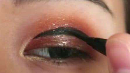 Mette l'eyeliner sulla palpebra: l'effetto finale vi stupirà