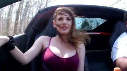Supercar a tutta velocità: la reazione della bellissima ragazza
