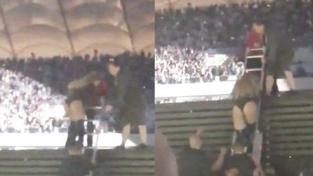 Imprevisto per Beyoncé: rimane bloccata sul palco e la soluzione lascia increduli i fan