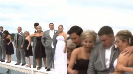 Gli sposi in posa per una foto sul pontile: ma il giorno più bello si trasforma in un incubo