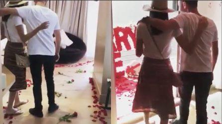 La stanza è cosparsa di rose, il finale è emozionante: la proposta che ogni donna vorrebbe