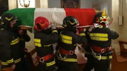 Commovente omaggio dei vigili del fuoco a un collega: è morto durante un intervento di soccorso