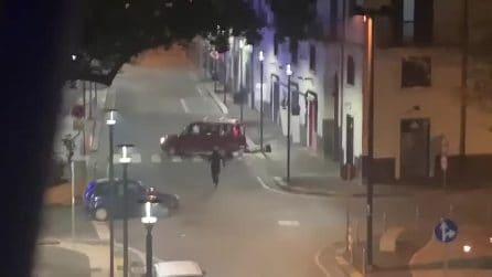 Furto in un negozio durante i botti di Capodanno, arrivano i proprietari in auto e speronano i ladri