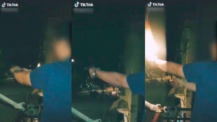 A Capodanno ragazzo spara con una pistola dal balcone e posta le immagini su TikTok