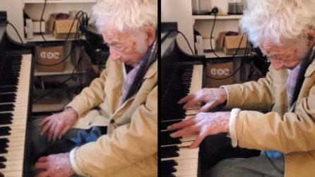 Si siede davanti al piano il giorno del suo 94esimo compleanno: quando tocca i tasti inizia lo spettacolo