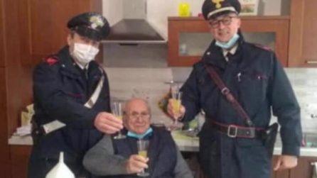 """""""Ho 94 anni sono solo, venite a fare un brindisi con me?"""", il signor Fiorenzo chiama i Carabinieri"""