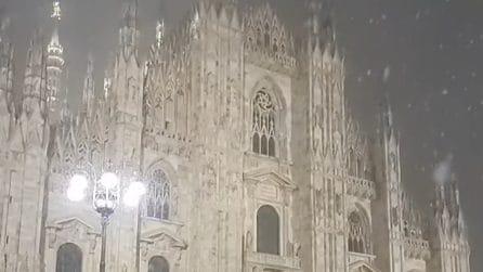 Milano, la neve cade in piazza Duomo: lo scenario è suggestivo