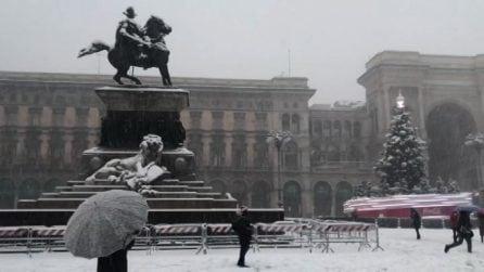Milano imbiancata dalla neve, ecco lo spettacolo del Duomo