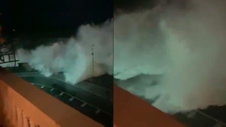 Napoli, il mare si alza altissimo: sfonda il muretto e invade tutto