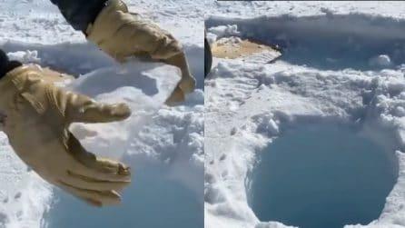 Lo strano rumore che fa un pezzo di ghiaccio lanciato in un tunnel in Antartide