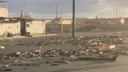 """""""Sembra un campo di battaglia"""", distesa di rifiuti in strada dopo la mareggiata a Fiumicino"""