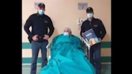 """Pavia, anziana sola in casa grida """"aiuto"""": poliziotti la soccorrono e le fanno tornare il sorriso"""