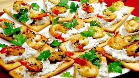 Tartine con gamberetti e crema alle olive: l'aperitivo gustoso e veloce