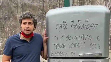 """Getta il frigo davanti alla discarica, sindaco glielo riporta a casa con dedica: """"Ti è scivolato"""""""
