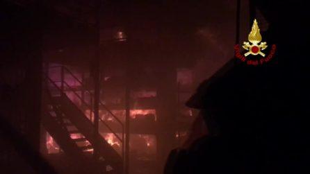 Settimo Milanese, incendio in un capannone industriale: fiamme dilaniano la struttura