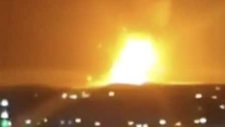 Violenta esplosione in piena notte in un deposito militare in Giordania