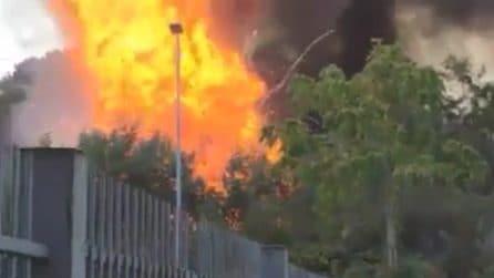 Incendio a Villa Gordiani: fiamme nell'area verde, esplosa una bombola del gas