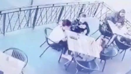 Uomo prova a rapire la figlia: la mamma si getta disperatamente per bloccarlo