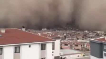 Tempesta di sabbia: la città viene inghiottita da una densa nube
