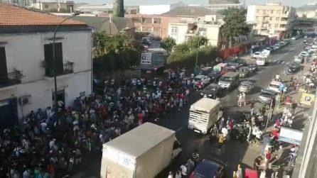 Questura di Napoli, preso d'assalto l'ufficio immigrazione: in centinaia assembrati in via Ferraris