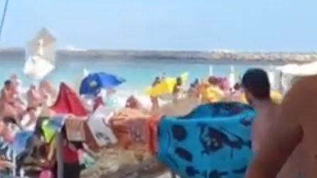 San Teodoro, tromba d'aria in spiaggia: volano gli ombrelloni