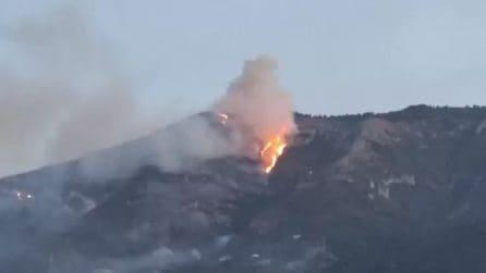 Salerno, incendio sul Monte Stella: vigili del fuoco a lavoro