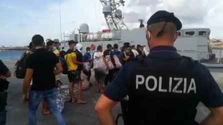 Lampedusa, al via imbarco migranti per raggiungere la nave Gnv