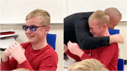 Ragazzo daltonico prova gli occhiali per vedere il mondo a colori: la sua reazione è commovente