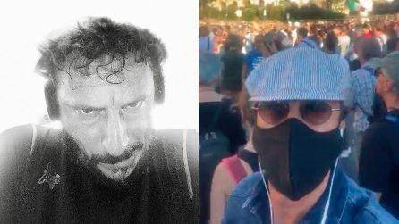 Luca Bizzarri in diretta Facebook: si mischia tra i negazionisti del Covid e ironizza sulla manifestazione