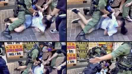 Hong Kong, 12enne buttata a terra da poliziotti viene arrestata durante le manifestazioni