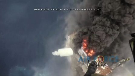 Polvere chimica dal cielo per domare l'incendio sulla petroliera