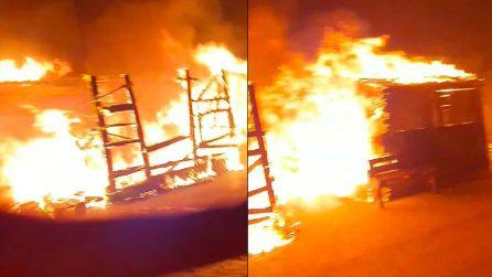 Lesbo, un vasto incendio devasta il campo profughi di Moria