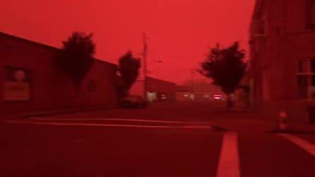La città viene coperta dal cielo rosso: lo scenario è da brividi