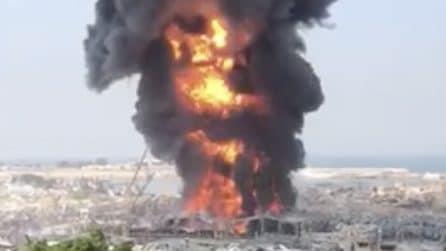 Beirut, enorme incendio nel porto: le immagini sono spaventose