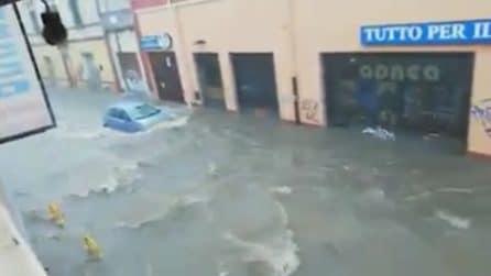Violento nubifragio a Cagliari: l'acqua invade le strade e quasi sommerge le auto