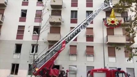 Esplosione a Milano: palazzo evacuato per gli ingenti danni, vigili del fuoco al lavoro