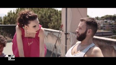 """Una pezza di Lundini, il trailer di """"A piedi scarzi"""" con Emanuela Fanelli e Alessandro Borghi"""