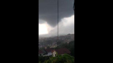Salerno, tromba d'aria mette paura: si avvicina alla costa e provoca danni